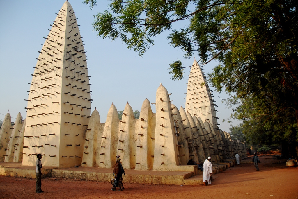 http://www.darulquranwassunnah.org/other_resources/Islamic%20Architecture%20Around%20the%20World/Mosque%20in%20Bobo%20Dioulasso%20-%20Burkina%20Faso.jpg